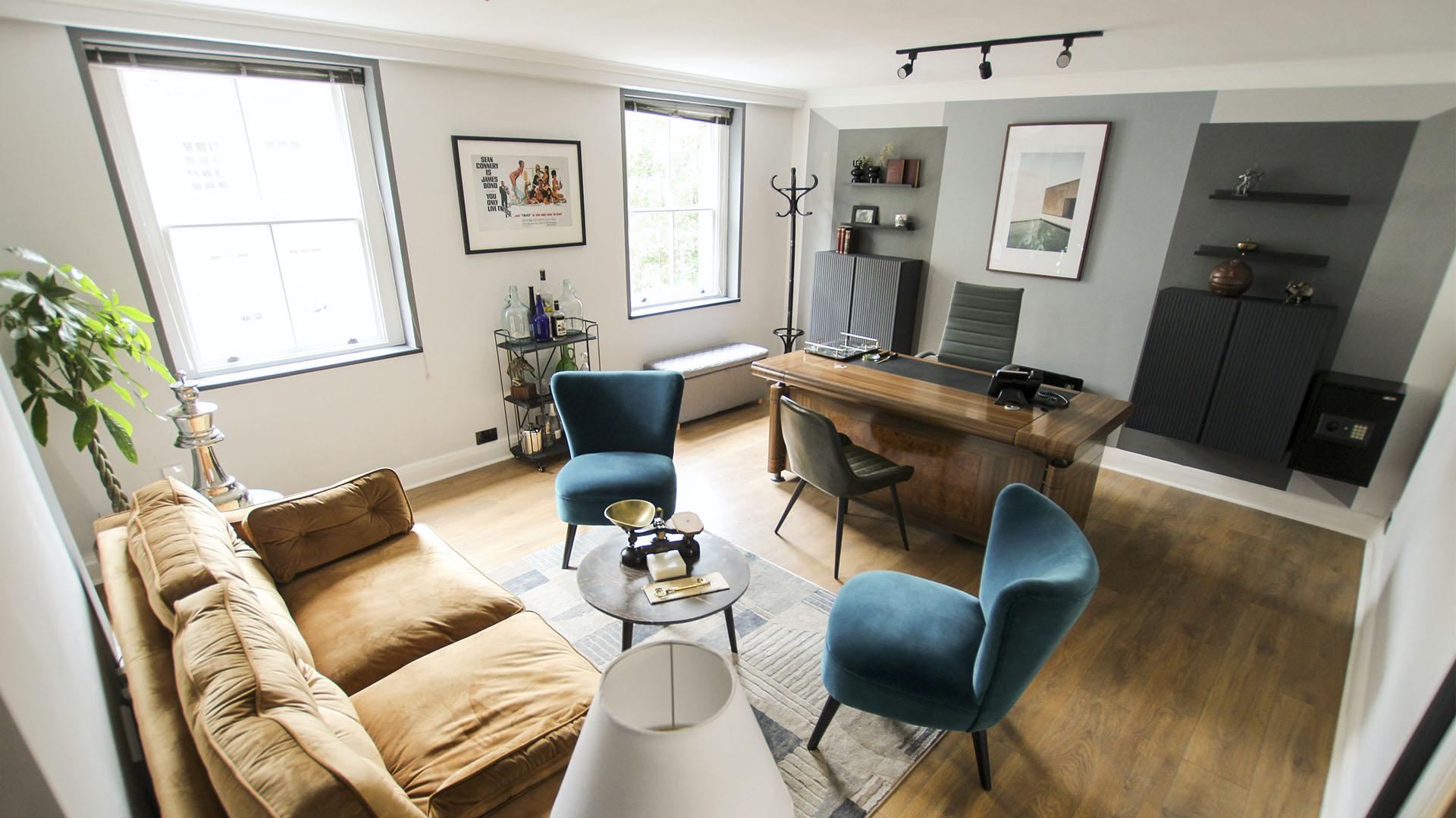 Home Office Divisão da casa utilizada para escritório com mesa, cadeiras, poltronas e sofá