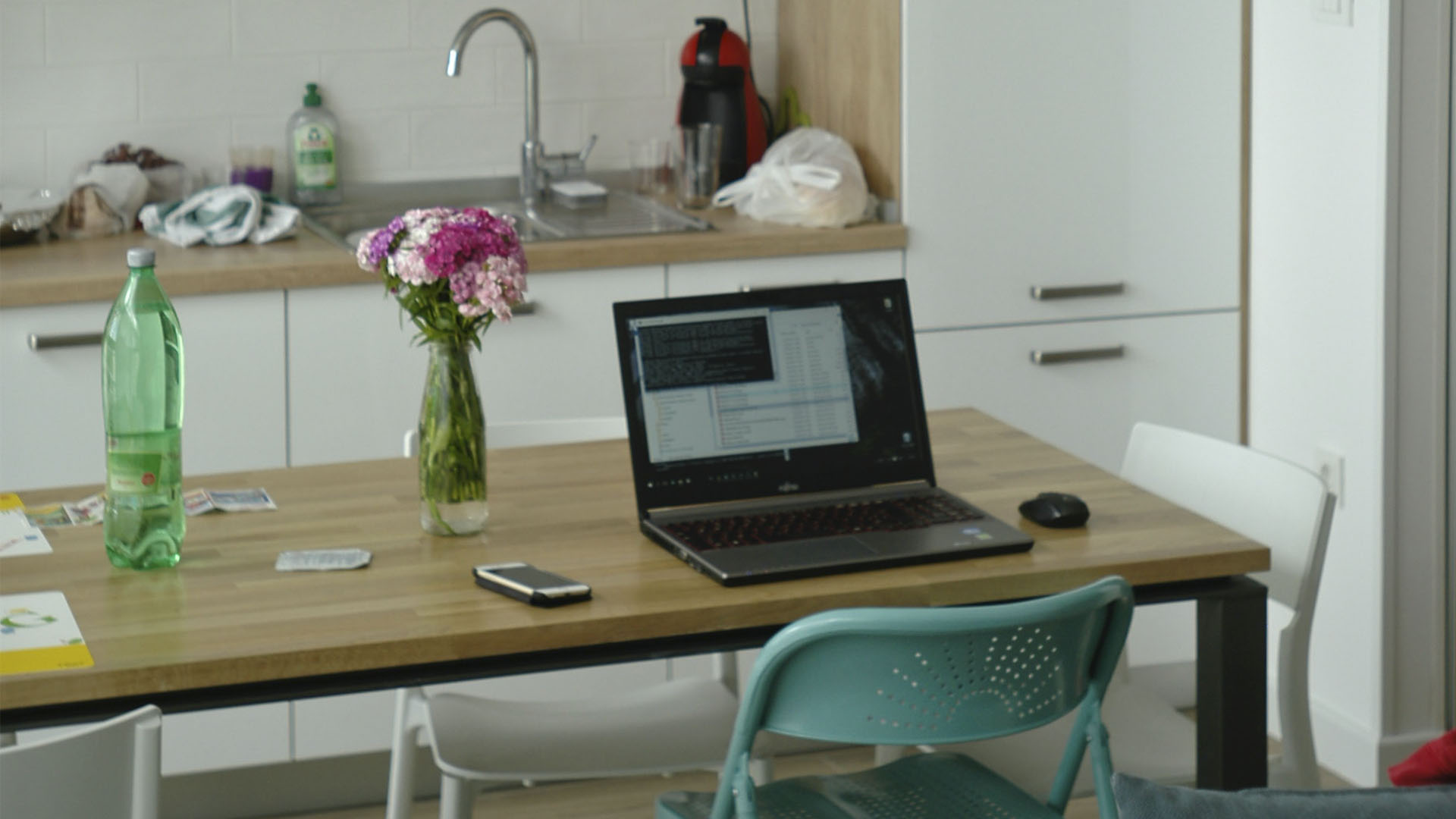 Mesa de cozinha com computador home office
